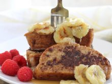 Challah French Toast with Caramelized Bananas! Such a delicious weekend brunch recipe! ll www.littlechefbigappetite.com
