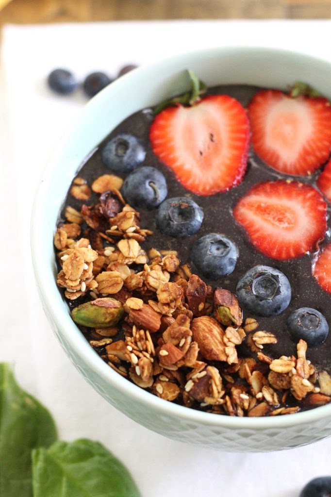 Protein Acai Bowl with Blueberries and Spinach! This recipe is gluten-free, vegan, and refined sugar-free! Plus, you can make it in under 5 minutes! // www.littlechefbigappetite.com